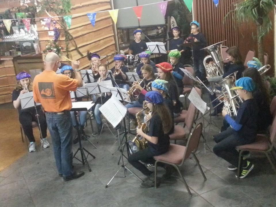 De jeugdorkesten samen geheel in stijl op het Sinterklaasfeest